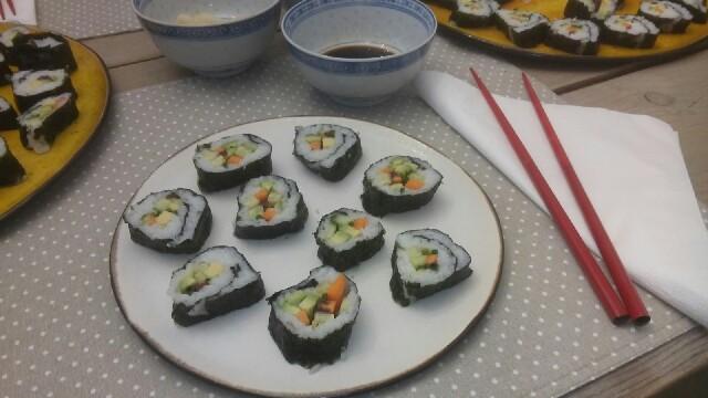 } Sushi-Maki mit Gemüse{