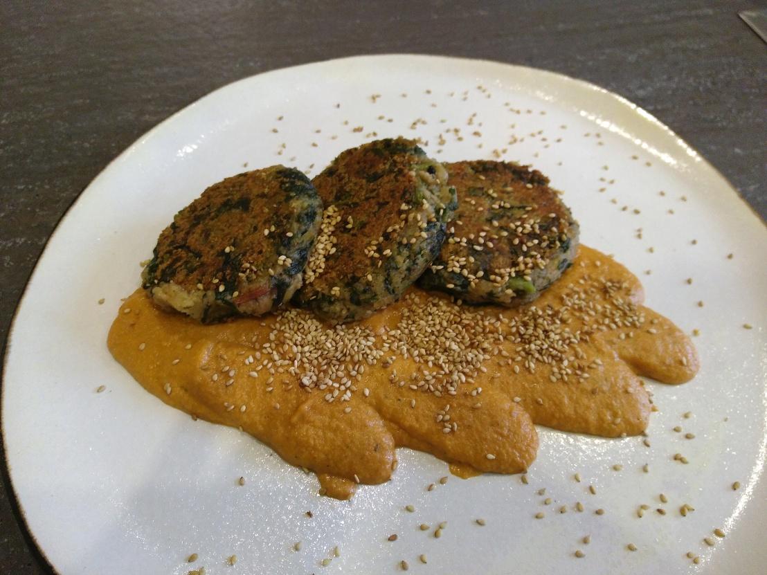 Mangold Kartoffel Laibchen auf Tomaten SesamSauce